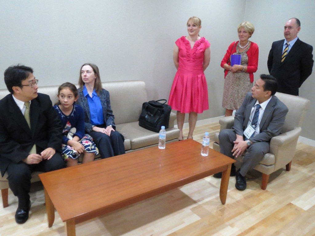 発表時の控室で。各国の先生方とご一緒に